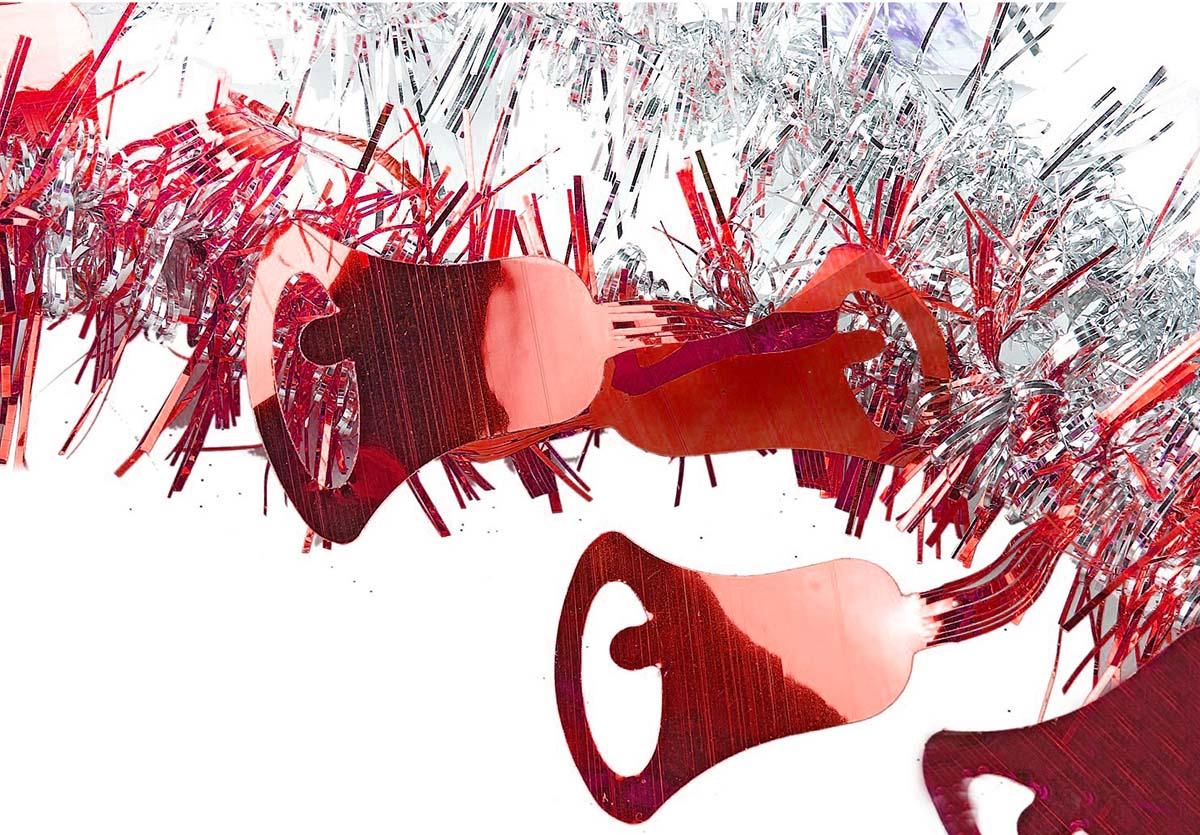 Мишура новогодняя Sima-land, цвет: красный, серебристый, диаметр 2 см, длина 200 см. 706455706455_красный, серебристыйМишура новогодняя Sima-land, выполненная из фольги, поможет вам украсить свой дом к предстоящим праздникам. Мишура армирована, то есть имеет проволоку внутри и способна сохранять приданную ей форму. Новогодняя елка с таким украшением станет еще наряднее. Новогодней мишурой можно украсить все, что угодно - елку, квартиру, дачу, офис - как внутри, так и снаружи. Можно сложить новогодние поздравления, буквы и цифры, мишурой можно украсить и дополнить гирлянды, можно выделить дверные колонны, оплести дверные проемы.