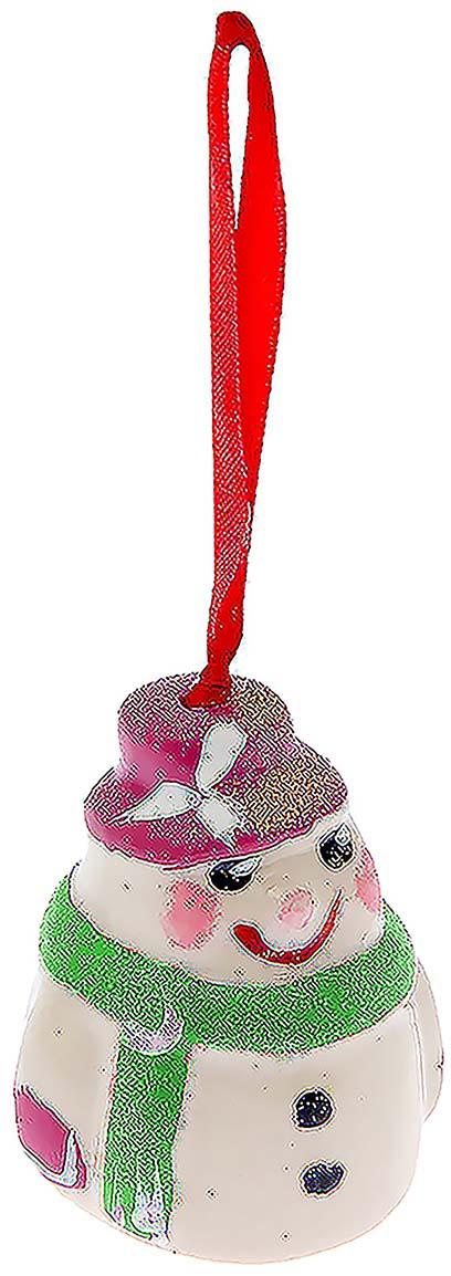 Новогоднее елочное украшение Керамика ручной работы Колокольчик. Снеговик, цвет: белый, зеленый, 5,5 х 5 х 6,5 см1523528_зеленый шарфНовогоднее елочное украшение Керамика ручной работы Колокольчик. Снеговик создаст и поддержит торжественный настрой в преддверии праздника.