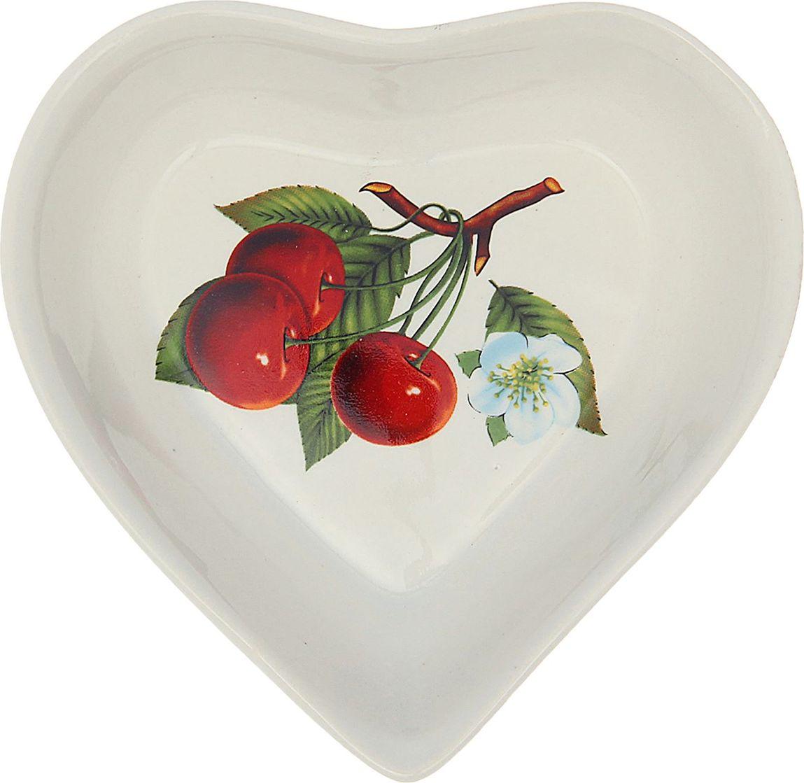 """Салатник Керамика ручной работы """"Сердце. Вишня"""" понравится любителям вкусной и полезной домашней пищи. Такая посуда практична и красива, в ней можно  хранить и подавать разнообразные блюда. При многократном использовании изделие сохранит свой вид и выдержит мытьё в посудомоечной  машине. В керамической ёмкости горячая пища долго сохраняет своё тепло, остуженные блюда остаются прохладными. Изделие не выделяет вредных веществ при нагревании и длительном хранении за счёт экологичности материала. Блюда, поданные в такой  посуде, выглядят привлекательно и аппетитно."""