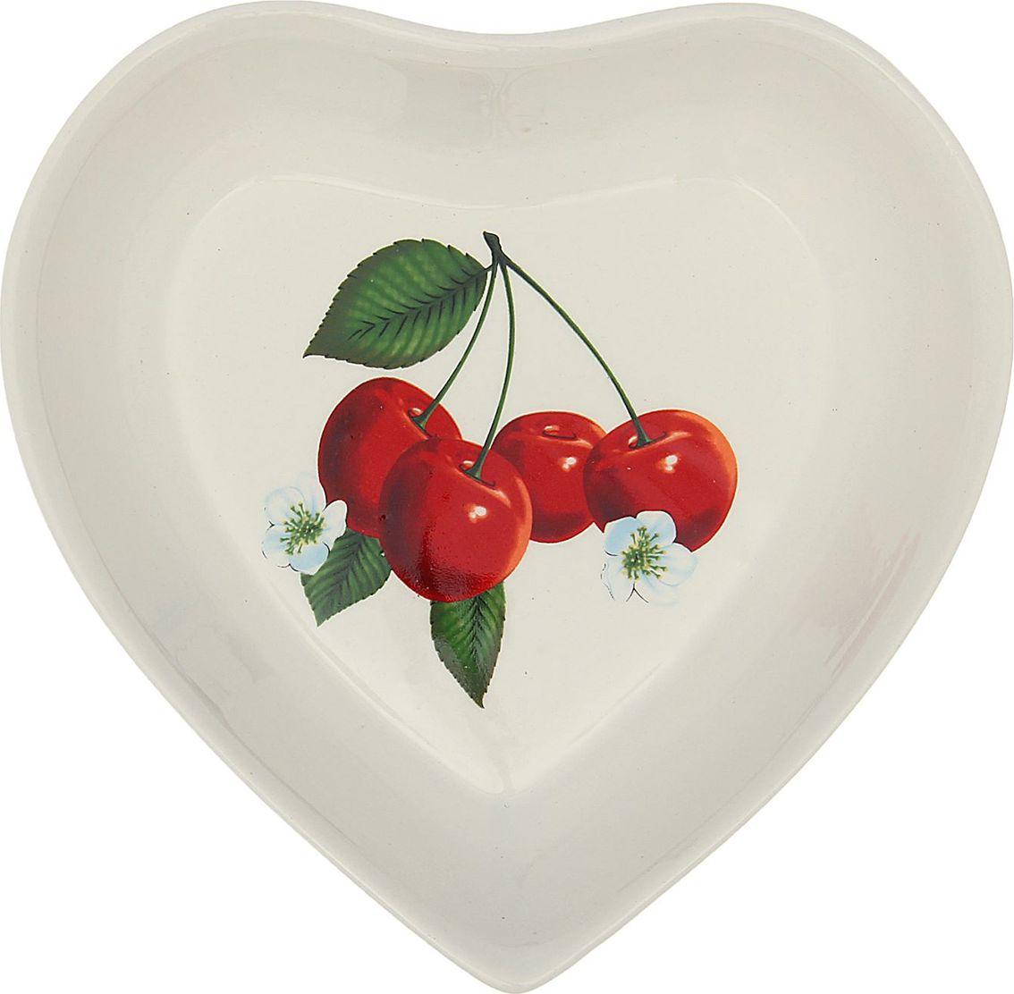 Салатник Керамика ручной работы Сердце. Вишня, 500 мл. 16473021647302Такой салатник понравится любителям вкусной и полезной домашней пищи. Такая посуда практична и красива, в ней можно хранить и подавать разнообразные блюда. При многократном использовании изделие сохранит свой вид и выдержит мытьё в посудомоечной машине. В керамической ёмкости горячая пища долго сохраняет своё тепло, остуженные блюда остаются прохладными. Изделие не выделяет вредных веществ при нагревании и длительном хранении за счёт экологичности материала. Блюда, поданные в такой посуде, выглядят привлекательно и аппетитно.