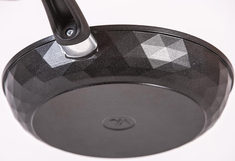 Сковорода с гранеными внешними стенками из литого алюминия, диаметр 30 см.