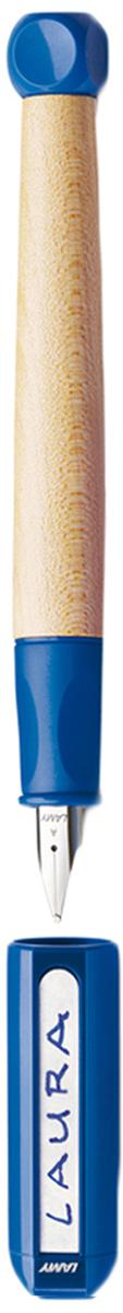 Lamy Ручка перьевая ABC синяя цвет корпуса синий толщина A4000066Перьевая ручка для обучения письму. Рекомендована к использованию в начальной школе в 70% школ Германии. Разработана дизайнерами, педагогами и психологами специально для детей, делающих первые шаги в письме. В отличие от шариковых ручек, перьевая ручка не требует сильного нажима при письме, что помогает ребенку легче справляться с освоением письма и сохранить осанку.Резиновый эргономичный хват, прикрывающий основание пера, с легкими углублениями для пальцев. Разгружает руку, предотвращая уставание при письме, онемение пальцев, а также соскальзывание пальцев к пишущему узлу.Корпус из легкого и прочного кленового дерева. Кубик на конце ручки не дает ей скатываться с парты.Колпачок можно подписать. Наклейки прилагаются.Стальное заменяемое перо для начинающих. Перьевая ручка используется с чернильными картриджами LAMY T10 или с конвертером LAMY Z28 для заправки чернилами из флакона LAMY T51 или LAMY T52.Модель также доступна, как автоматический карандаш (1,4 мм) для освоения письма печатных букв и цифр.Дизайн: проф. Бернт Шпигель.История бренда LAMY насчитывает более 80-ти лет, а его философия заключается в слогане Дизайн. Сделано в Германии. Компания получила более 100 самых престижных дизайнерских наград. Все пишущие инструменты LAMY производятся на фабрике в Гейдельберге (Германия).