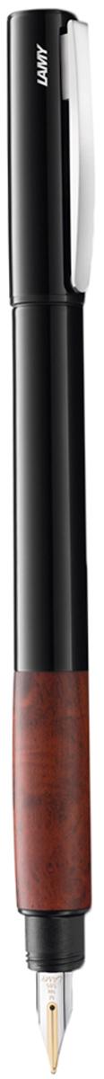 Lamy Ручка перьевая Accent цвет корпуса черный толщина EF 40006614000661Lamy accent brilliant (098) Модель Lamy accent отличается особенным решением секции хвата: ее немного утолщенная иудобная форма действительно является интересным и функциональным дизайнерскимакцентом. При производстве используются высококлассные материалы. Навинчивающийсяколпачок имеет подпружиненный клип. Корпус покрыт семью слоями черного лака бриллиантовой полировки. Хват украшенсеребристыми кольцами. Золотое, частично платинированное перо 14 карат. Перьевая ручка используется с чернильнымикартриджами Lamy T10 или с конвертером Lamy Z27 для заправки чернилами из флакона LamyT51 или Lamy T52 Комплектация: подарочный футляр, гарантийная карточка, буклет, конвертер Lamy Z27,чернильный картридж синего цвета Lamy T10. Дизайн: Phoenix Product Design История бренда Lamy насчитывает более 80-ти лет, а его философия заключается в слоганеДизайн. Сделано в Германии. Компания получила более 100 самых престижных дизайнерскихнаград. Все пишущие инструменты Lamy производятся на фабрике в Гейдельберге (Германия).