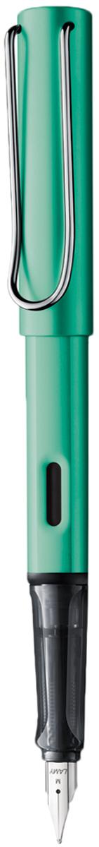 Lamy Ручка перьевая Al-star цвет корпуса синий, зеленый толщина F4026060Алюминиевая версия культовой модели LAMY Safari под названием LAMY Al-star. Корпус и колпачок из анодированного алюминия. Эргономичный хват, позволяющий пальцам принять правильное положение при письме. Изготовлен из прозрачного пластика.Металлический клип на колпачке напоминает по форме канцелярскую скрепку. Окошко на корпусе позволяет контролировать расход чернил. Стальное заменяемое перо. Перьевая ручка используется с чернильными картриджами LAMY T10 или с конвертером LAMY Z28 для заправки чернилами из флакона LAMY T51 или LAMY T52. Комплектация: Подарочная коробка, чернильный картридж синего цвета Lamy T10, инструкция. Дизайн: Вольфганг Фабиан. Награда за дизайн: iF Hannover. История бренда LAMY насчитывает более 80-ти лет, а его философия заключается в слогане Дизайн. Сделано в Германии. Компания получила более 100 самых престижных дизайнерских наград. Все пишущие инструменты LAMY производятся на фабрике в Гейдельберге (Германия).