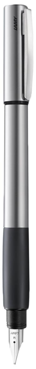 Lamy Ручка перьевая Accent цвет корпуса серый металлик толщина EF4026648Lamy Accent каучук (096) Модель Lamy Accent отличается особенным решением секции хвата: ее немного утолщенная и удобная форма действительно является интересным и функциональным дизайнерским акцентом. При производстве используются высококлассные материалы. Навинчивающийся колпачок имеет подпружиненный клип. Металлический корпус. Мягкий резиновый хват. Стальное полированное перо. Перьевая ручка используется с чернильными картриджами Lamy T10 или с конвертером Lamy Z27 для заправки чернилами из флакона Lamy T51 или Lamy T52 Комплектация: подарочный футляр, гарантийная карточка, буклет, конвертер Lamy Z27, чернильный картридж синего цвета Lamy T10. Дизайн: Phoenix Product Design История бренда Lamy насчитывает более 80-ти лет, а его философия заключается в слогане Дизайн. Сделано в Германии. Компания получила более 100 самых престижных дизайнерских наград. Все пишущие инструменты Lamy производятся на фабрике в Гейдельберге (Германия).