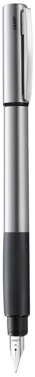 Lamy Ручка перьевая Accent цвет корпуса серый металлик толщина F4026655Lamy Accent каучук (096) Модель Lamy Accent отличается особенным решением секции хвата: ее немного утолщенная и удобная форма действительно является интересным и функциональным дизайнерским акцентом. При производстве используются высококлассные материалы. Навинчивающийся колпачок имеет подпружиненный клип. Металлический корпус. Мягкий резиновый хват. Стальное полированное перо. Перьевая ручка используется с чернильными картриджами Lamy T10 или с конвертером Lamy Z27 для заправки чернилами из флакона Lamy T51 или Lamy T52 Комплектация: подарочный футляр, гарантийная карточка, буклет, конвертер Lamy Z27, чернильный картридж синего цвета Lamy T10. Дизайн: Phoenix Product Design История бренда Lamy насчитывает более 80-ти лет, а его философия заключается в слогане Дизайн. Сделано в Германии. Компания получила более 100 самых престижных дизайнерских наград. Все пишущие инструменты Lamy производятся на фабрике в Гейдельберге (Германия).