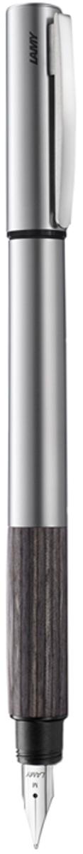 Lamy Ручка перьевая Accent цвет корпуса серый металлик толщина F 40266584026658Lamy Accent дерево (096) Модель Lamy Accent отличается особенным решением секции хвата: ее немного утолщенная и удобная форма действительно является интересным и функциональным дизайнерским акцентом. При производстве используются высококлассные материалы. Навинчивающийся колпачок имеет подпружиненный клип. Металлический корпус. Хват из натуральной карельской древесины. Стальное полированное перо. Перьевая ручка используется с чернильными картриджами Lamy T10 или с конвертером Lamy Z27 для заправки чернилами из флакона Lamy T51 или Lamy T52 Комплектация: подарочный футляр, гарантийная карточка, буклет, конвертер Lamy Z27, чернильный картридж синего цвета Lamy T10. Дизайн: Phoenix Product Design История бренда Lamy насчитывает более 80-ти лет, а его философия заключается в слогане Дизайн. Сделано в Германии. Компания получила более 100 самых престижных дизайнерских наград. Все пишущие инструменты Lamy производятся на фабрике в Гейдельберге (Германия)
