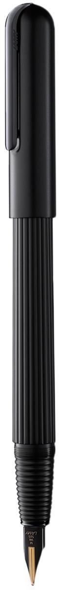 Lamy Ручка перьевая Imporium цвет корпуса черный толщина F4027933Визитной карточкой модельного ряда Lamy Imporium является бороздчатая структура корпуса ихвата. Цилиндрический гладкий колпачок с цельнометаллическим полированным клипомсоздает яркий контраст поверхностей. Комбинация интересных деталей и минимализмапридает этой серии очень оригинальный внешний вид.От пера до клипа при производстве используются первоклассные материалы: золото, платинаи титан. Металлические поверхности гальванизируются специальным PVD покрытием,увеличивающим износостойкость. Изюминкой перьевой модели является двуцветное золотоеперо, облагороженное PVD покрытием, и гарантирующее исключительное мягкое письмо.Металлический корпус матового черного цвета. Завинчивающийся колпачок с полированнымклипом, золотое двуцветное перо 14 Карат с PVD покрытием. Перьевая ручка используется с чернильными картриджами LAMY T10 или с конвертером LAMYZ27 для заправки чернилами из флакона LAMY T51или LAMY T52. Комплектация: подарочный футляр, гарантийная карточка, буклет, полировочная салфетка,конвертер LAMY Z27, чернильный картридж синего цвета LAMY T10. Дизайн: Марио Беллини. История бренда Lamy насчитывает более 80-ти лет, а его философия заключается в слоганеДизайн. Сделано в Германии. Компания получила более 100 самых престижных дизайнерскихнаград. Все пишущие инструменты Lamy производятся на фабрике в Гейдельберге (Германия).