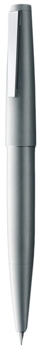 Lamy Ручка перьевая 2000 цвет корпуса серебристый толщина F4029587Lamy 2000 (002) Ручка - икона стиля, олицетворяющая собой дизайн Lamy. Создана в традициях школы Баухаузс ее девизом Форма следует за функцией. За создание этой ручки компания Lamy удостоеназвания Бренд столетия.Lamy 2000 свободна от излишеств как в материалах, так и в дизайне: функциональность иминимализм - ее главные черты. Корпус сигарной формы удобно лежит в руке. Эта премиальнаяверсия LAMY 2000 изготовлена из нержавеющей стали матовой брашинг-полировки. Массивныйстальной подпружиненный клип на колпачке довершает лаконичный и элегантный внешний видэтой ручки. Золотое платинированное перо 14 Карат. Поршневая система заправки через пишущий узел из флакона с чернилами Lamy T51 или Lamy T52. Комплектация: подарочный футляр, гарантийная карточка, буклет. Дизайн: Герд А. МюллерИстория бренда Lamy насчитывает более 80-ти лет, а его философия заключается в слоганеДизайн. Сделано в Германии. Компания получила более 100 самых престижных дизайнерскихнаград. Все пишущие инструменты Lamy производятся на фабрике в Гейдельберге (Германия).