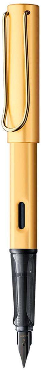 Lamy Ручка перьевая Lux цвет корпуса золотой толщина F4031502Люксовая версия культовой модели LAMY Safari под названием LAMY Lx (Лами Люкс). Заглушки на корпусе и колпачке, а также клип покрыты золотом. Корпус и колпачок из анодированного алюминия. Эргономичный хват, позволяющий пальцам принять правильное положение при письме. Изготовлен из полупрозрачного пластика.Металлический клип на колпачке напоминает по форме канцелярскую скрепку.Окошко на корпусе позволяет контролировать расход чернил. Стальное заменяемое перо черного цвета с PVD покрытием, увеличивающим износоустойчивость поверхности, лазерная гравировка. Перьевая ручка используется с чернильными картриджами LAMY T10 или с конвертером LAMY Z28 для заправки чернилами из флакона LAMY T51 или LAMY T52. Комплектация: Подарочный футляр-тубус из анодированного алюминия в цвет ручки, чернильный картридж синего цвета LAMY T10, инструкция. Дизайн: Вольфганг Фабиан. Награда за дизайн: iF Hannover. История бренда LAMY насчитывает более 80-ти лет, а его философия заключается в слогане Дизайн. Сделано в Германии. Компания получила более 100 самых престижных дизайнерских наград. Все пишущие инструменты LAMY производятся на фабрике в Гейдельберге (Германия).