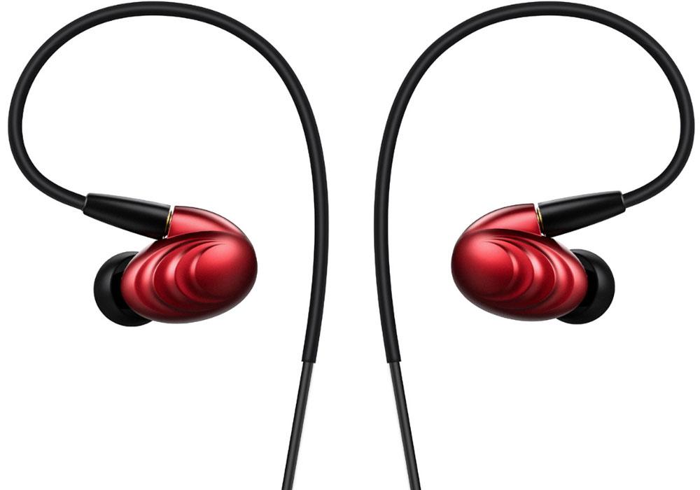Fiio F9, Red наушники15119652Fiio F9 - гибридные мониторы с тремя драйверами.Волны на корпусе не только обеспечивают модели уникальный внешний вид, но и значительно повышают прочность наушника.Динамический драйвер отвечает за глубокие басы, а два балансных арматурных – за чистые высокие и средние частоты.2,5-мм комплектный балансный кабель изготовлен из посеребренной медной проволоки, что обеспечивает сбалансированное звучание и высокую детальность. А ММСХ-коннекторы обеспечивают прочность крепления кабеля.На 3,5-мм кабеле имеется пульт управления, способный воспроизводить, останавливать и переключать треки, регулировать громкость, а также принимать звонки с помощью высокочувствительного микрофона. Данный кабель также оснащен ММСХ-коннекторами.Динамический драйвер F9 изготовлен из полимерного нанокомпозита PEK, который обладает достаточной жёсткостью и лёгким весом. Это позволяет драйверу воспроизводить быстрый, подробный и расширенный бас. Максимальная производительность драйверов F9 достигнута за счёт принятия во внимание законов и принципов физики и психоакустики при разработке наушников. Тем самым, драйверы работают в полной гармонии для достижения абсолютного звука в частотном диапазоне от 15 Гц до 40 кГц.Кроме двух видов кабелей, F9 поставляются с целым рядом других аксессуаров. Например, с двумя наборами амбушюр: один оптимизирован для баса, а другой предназначен для более сбалансированного звучания. Каждые амбушюры идут в трёх размерах: маленькой, среднем и большом, а их цвет зависит от цветового решения ваших наушников. Также в комплект входит водонепроницаемый футляр для хранения наушников — вы сможете носить с собой F9, не беспокоясь о их безопасности.