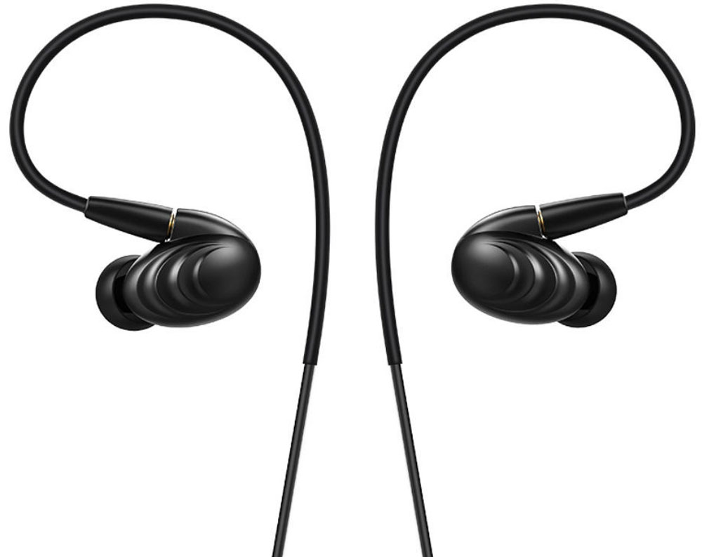 Fiio F9, Black наушники71000239Fiio F9 - гибридные мониторы с тремя драйверами.Волны на корпусе не только обеспечивают модели уникальный внешний вид, но и значительно повышаютпрочность наушника.Динамический драйвер отвечает за глубокие басы, а два балансных арматурных - за чистые высокие и средниечастоты.2,5-мм комплектный балансный кабель изготовлен из посеребренной медной проволоки, что обеспечиваетсбалансированное звучание и высокую детальность. А ММСХ-коннекторы обеспечивают прочность креплениякабеля.На 3,5-мм кабеле имеется пульт управления, способный воспроизводить, останавливать и переключать треки,регулировать громкость, а также принимать звонки с помощью высокочувствительного микрофона. Данныйкабель также оснащен ММСХ-коннекторами.Динамический драйвер F9 изготовлен из полимерного нанокомпозита PEK, который обладает достаточнойжёсткостью и лёгким весом. Это позволяет драйверу воспроизводить быстрый, подробный и расширенный бас. Максимальная производительность драйверов F9 достигнута за счёт принятия во внимание законов ипринципов физики и психоакустики при разработке наушников. Тем самым, драйверы работают в полнойгармонии для достижения абсолютного звука в частотном диапазоне от 15 Гц до 40 кГц.Кроме двух видов кабелей, F9 поставляются с целым рядом других аксессуаров. Например, с двумя наборамиамбушюр: один оптимизирован для баса, а другой предназначен для более сбалансированного звучания.Каждые амбушюры идут в трёх размерах: маленькой, среднем и большом, а их цвет зависит от цветовогорешения ваших наушников. Также в комплект входит водонепроницаемый футляр для хранения наушников - высможете носить с собой F9, не беспокоясь о их безопасности.
