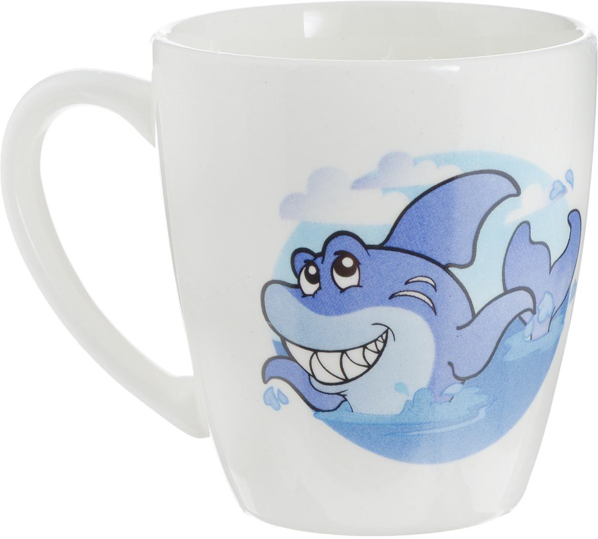 """Фаянсовая детская кружка Кубаньфарфор """"Морской мир: Акула"""" с забавным  рисунком понравится каждому  малышу. Изделие из  качественного материала станет правильным выбором для повседневной  эксплуатации и поможет превратить каждый  прием пищи в радостное  приключение.Кружка легко моется, не впитывает запахи, а рисунок имеет  насыщенный цвет. Благодаря  безопасному материалу, кружка  подойдет для любых напитков. Объем кружки - 220 мл. Кружа дополнена удобной ручкой, а ее небольшие  размеры и  вес позволят малышу без труда держать кружку самостоятельно.  Оригинальная детская кружка непременно порадует ребенка и станет  отличным подарком для маленького  мореплавателя."""