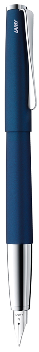 Lamy Ручка перьевая Studio цвет корпуса синий толщина M4000466Необычный клип в форме лопасти - визитная карточка модельного ряда Lamy Studio.Классические линии корпуса в обрамлении хромированных деталей делают эти пишущиеинструменты очень гармоничными. Слегка утолщенный корпус удобно лежит в руке.Металлические корпус и колпачок. Покрытие корпуса - матовый синий лак.Стальное полированное перо. Перьевая ручка используется с чернильными картриджами LAMYT10 или с конвертером LAMY Z27 для заправки чернилами из флакона LAMY T51 или LAMY T52. Комплектация: подарочный футляр, гарантийная карточка, буклет, конвертер LAMY Z27,чернильный картридж синего цвета LAMY T10.Дизайн: Ханнес Веттштайн.История бренда Lamy насчитывает более 80-ти лет, а его философия заключается в слоганеДизайн. Сделано в Германии. Компания получила более 100 самых престижных дизайнерскихнаград. Все пишущие инструменты Lamy производятся на фабрике в Гейдельберге (Германия).