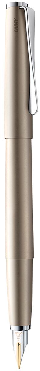 Lamy Ручка перьевая Studio цвет корпуса золотистый толщина F4000661Необычный клип в форме лопасти - визитная карточка модельного ряда Lamy Studio. Классические линии корпуса в обрамлении хромированных деталей делают эти пишущие инструменты очень гармоничными. Слегка утолщенный корпус удобно лежит в руке.Металлические корпус и колпачок. Покрытие - ценный палладий, который не тускнеет со временем.Золотое частично платинированное перо 14 карат. Перьевая ручка используется с чернильными картриджами LAMY T10 или с конвертером LAMY Z27 для заправки чернилами из флакона LAMY T51 или LAMY T52.Комплектация: подарочный футляр, гарантийная карточка, буклет, конвертер LAMY Z27,чернильный картридж синего цвета LAMY T10.Дизайн: Ханнес Веттштайн.История бренда Lamy насчитывает более 80-ти лет, а его философия заключается в слогане Дизайн. Сделано в Германии. Компания получила более 100 самых престижных дизайнерских наград. Все пишущие инструменты Lamy производятся на фабрике в Гейдельберге (Германия).