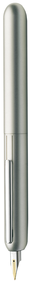 Lamy Ручка перьевая Dialog3 цвет корпуса золотистый толщина F4000484Перьевая ручка, созданная в коллаборации со знаменитым швейцарским дизайнером Франко Кливио. В этой модели функциональность сочетается с технической инновативностью: перьевая ручка без колпачка, с пером, выдвигающимся с помощью поворотного механизма.Металлическая заслонка защищает перо от пыли и пересыхания. Запатентованный клип поднимается, когда перо убрано, и прижимается к корпусу во время письма.Покрытие корпуса - белый блестящий лак. Клип с покрытием из палладия. Золотое, частично платинированное перо 14 Карат. Перьевая ручка используется с чернильными картриджами LAMY T10 или с конвертером LAMY Z27 для заправки чернилами из флакона LAMY T51 или LAMY T52.Комплектация: подарочный футляр, гарантийная карточка, буклет, конвертер LAMY Z27, чернильный картридж синего цвета LAMY T10, приспособление для промывки секции хвата (см. видео-инструкцию об уходе за ручкой LAMY dialog 3.Дизайн: Франко Кливио История бренда Lamy насчитывает более 80-ти лет, а его философия заключается в слогане Дизайн. Сделано в Германии. Компания получила более 100 самых престижных дизайнерских наград. Все пишущие инструменты Lamy производятся на фабрике в Гейдельберге (Германия).