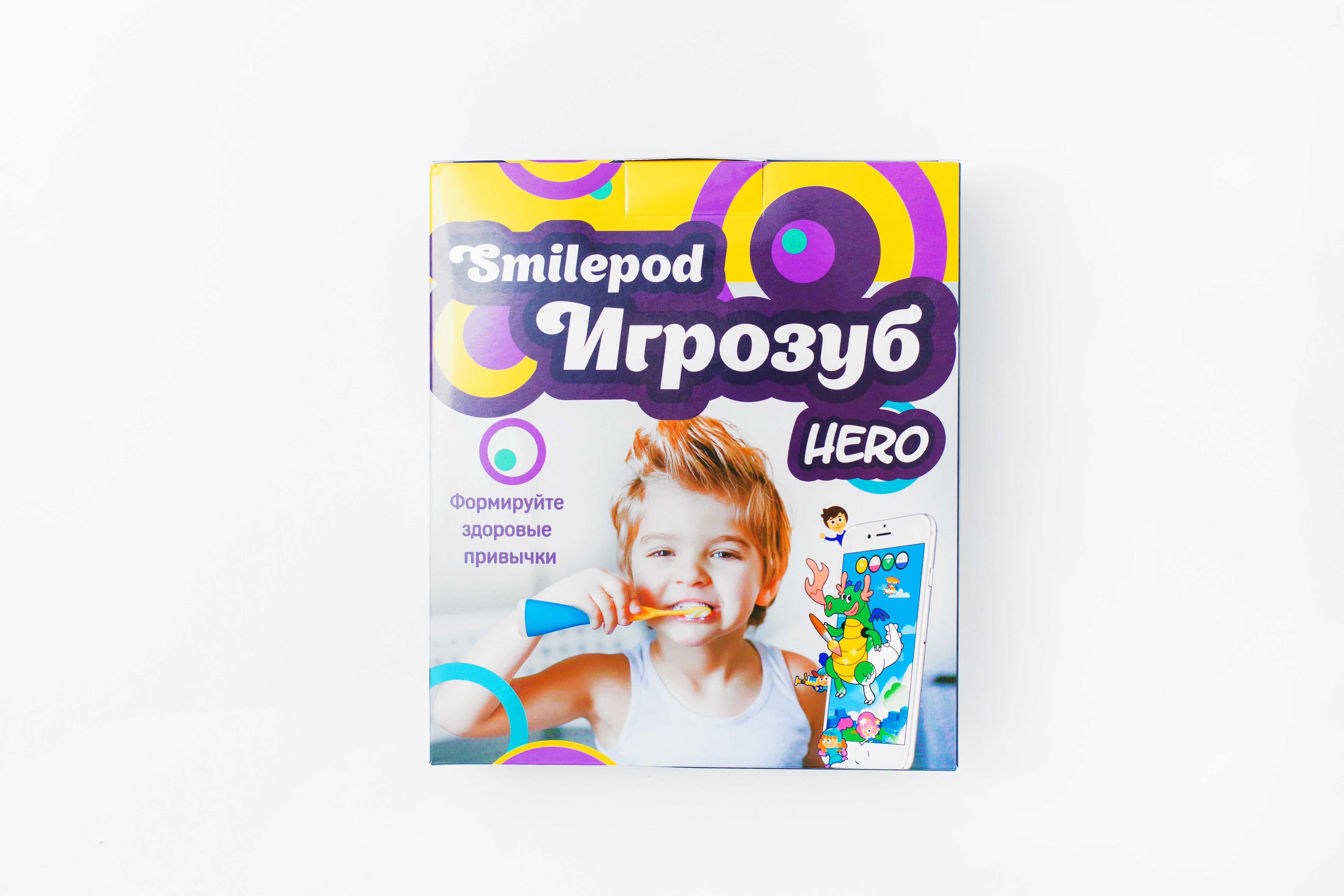 Smilepod Игрозуб Hero, Blue детский обучающий набор для чистки зубовТ00000005Дети не любят чистить зубы, 7 из 10 детей чистят зубы меньше положенных 2 минут. SmilePod Hero - обучающая игра, формирующая у детей навык правильной, продолжительной и не скучной чистки зубов, без усилий со стороны родителей. SmilePod Hero превращает любую зубную щетку в контроллер управления игрой. Мотивация – сильнейший стимул, SmilePod Hero превращает чистку зубов в игру. Для начала игры, нужно скачать одну из 5 развивающих игр на планшет или смартфон, который будет надежно защищен специальным чехлом с креплением на зеркало. Все что необходимо далее – это запустить игру. Благодаря SmilePod Hero, юнный Герой сможет играя, тщательно чистить зубы, приводить в порядок полость рта, - тем самым проходить игровые уровни. Переход на следующий игровой уровень, возможен только при правильной технике чистки зубов и продолжительности чистки не менее 2х минут, рекомендованных стоматологами. Дети не любят чистить зубы, 7 из 10 детей чистят зубы меньше положенных 2 минут. Заложенные в детском возрасте привычки укореняются в сознании и формируют поведение на всю жизнь. К сожалению, научить ребенка правильно и регулярно чистить зубы получается далеко не всегда, это часто приводит к проблемам со здоровьем уже во взрослом возрасте. SmilePod Hero – для мальчиков SmilePod Princess - для девочек Дарите полезные подарки, формируйте здоровые привычки.Электрические зубные щетки. Статья OZON Гид