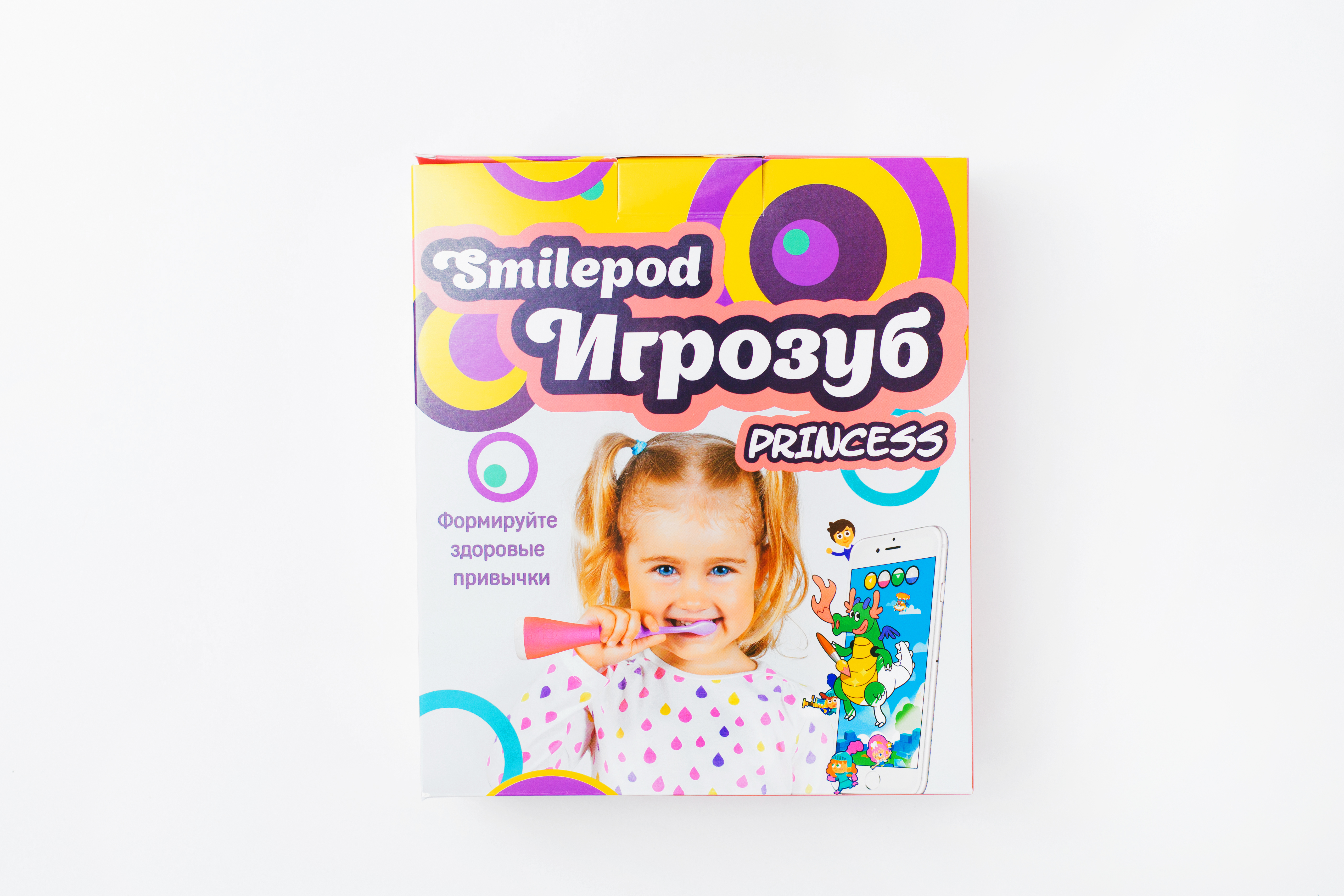 Smilepod Игрозуб Princess, Pink детский обучающий набор для чистки зубовТ00000006Дети не любят чистить зубы, 7 из 10 детей чистят зубы меньше положенных 2 минут. SmilePod Princess - обучающая игра, формирующая у детей навык правильной, продолжительной и не скучной чистки зубов, без усилий со стороны родителей. SmilePod Princess превращает любую зубную щетку в контроллер управления игрой. Мотивация – сильнейший стимул, SmilePod Princess превращает чистку зубов в игру. Для начала игры, нужно скачать одну из 5 развивающих игр на планшет или смартфон, который будет надежно защищен специальным чехлом с креплением на зеркало. Все что необходимо далее – это запустить игру. Благодаря SmilePod Princess, юная Принцесса сможет играя, тщательно чистить зубы, приводить в порядок полость рта, - тем самым проходить игровые уровни. Переход на следующий игровой уровень, возможен только при правильной технике чистки зубов и продолжительности чистки не менее 2х минут, рекомендованных стоматологами.Электрические зубные щетки. Статья OZON Гид