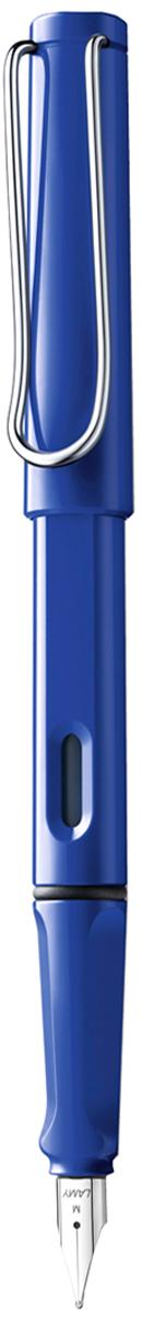 Lamy Ручка перьевая Safari синяя цвет корпуса синий толщина F4000142Самая популярная ручка бренда Lamy. Создана в 1980 году в коллаборации с дизайнерами и психологами специально для подростков. Сейчас трудно найти в Европе школу или университет, где не писали бы Lamy Safari. В 80-е дизайн этой ручки многим казался немного странным, ни на что непохожим, что, вероятно, и привлекло молодежь, которую уже не устраивал традиционный дизайн обычных ручек. Lamy Safari хорошо показала себя в деле: ручка пишет практически без нажима, ее эргономика такова, что рука не устает даже от долгого письма. Сейчас этими ручками пишут и рисуют, а также их коллекционируют – помимо широкой гаммы постоянных цветов, каждый год выходит лимитированный выпуск ручек в самом модном цвете.Выполнена из прочного ABS пластика. Эргономичный хват, позволяющий пальцам принять правильное положение при письме. Металлический клип на колпачке напоминает по форме канцелярскую скрепку. Окошко на корпусе позволяет контролировать расход чернил. Стальное заменяемое перо.Перьевая ручка используется с чернильными картриджами Lamy T10 или с конвертером Lamy Z28 для заправки чернилами из флакона Lamy T51 или Lamy T52.Комплектация: подарочная коробка, чернильный картридж синего цвета Lamy T10, инструкция. Дизайн: Вольфганг Фабиан. Награда за дизайн: iF Hannover. История бренда Lamy насчитывает более 80-ти лет, а его философия заключается в слогане Дизайн. Сделано в Германии. Компания получила более 100 самых престижных дизайнерских наград. Все пишущие инструменты LAMY производятся на фабрике в Гейдельберге (Германия).