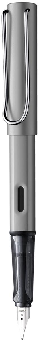 Lamy Ручка перьевая Al-star цвет корпуса серый металлик толщина M4000303Алюминиевая версия культовой модели LAMY Safari под названием LAMY Al-star. Корпус и колпачок из анодированного алюминия. Эргономичный хват, позволяющий пальцам принять правильное положение при письме. Изготовлен из прозрачного пластика.Металлический клип на колпачке напоминает по форме канцелярскую скрепку. Окошко на корпусе позволяет контролировать расход чернил. Стальное заменяемое перо. Перьевая ручка используется с чернильными картриджами LAMY T10 или с конвертером LAMY Z28 для заправки чернилами из флакона LAMY T51 или LAMY T52. Комплектация: Подарочная коробка, чернильный картридж синего цвета LAMY T10, инструкция. Дизайн: Вольфганг Фабиан. Награда за дизайн: iF Hannover. История бренда LAMY насчитывает более 80-ти лет, а его философия заключается в слогане Дизайн. Сделано в Германии. Компания получила более 100 самых престижных дизайнерских наград. Все пишущие инструменты LAMY производятся на фабрике в Гейдельберге (Германия).