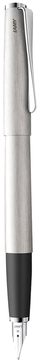 Lamy Ручка перьевая Studio цвет корпуса серебристый толщина F4000436Необычный клип в форме лопасти - визитная карточка модельного ряда Lamy Studio. Классические линии корпуса в обрамлении хромированных деталей делают эти пишущие инструменты очень гармоничными. Слегка утолщенный корпус удобно лежит в руке.Металлические корпус и колпачок с брашинг-полировкой. Нескользящий резиновый хват.Стальное полированное перо. Перьевая ручка используется с чернильными картриджами LAMY T10 или с конвертером LAMY Z27 для заправки чернилами из флакона LAMY T51 или LAMY T52.Комплектация: подарочный футляр, гарантийная карточка, буклет, конвертер LAMY Z27,чернильный картридж синего цвета LAMY T10.Дизайн: Ханнес Веттштайн.История бренда Lamy насчитывает более 80-ти лет, а его философия заключается в слогане Дизайн. Сделано в Германии. Компания получила более 100 самых престижных дизайнерских наград. Все пишущие инструменты Lamy производятся на фабрике в Гейдельберге (Германия).