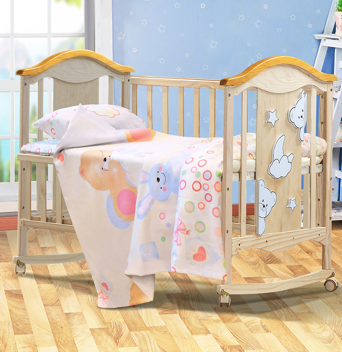 Комплект белья детский Bonne Fee Мишка, на резинкеОЗКБПД-1,5/32Комплект белья детский Bonne Fee «Мишка» идеально подойдет для новорожденных. Он выполнен из качественного сатина. Благодаря высокомукачеству производства комплект не раздражает чувствительную кожу крохи, в течение длительного времени сохраняет свою первоначальнуюяркость и цвет, легко стирается и без труда гладится.
