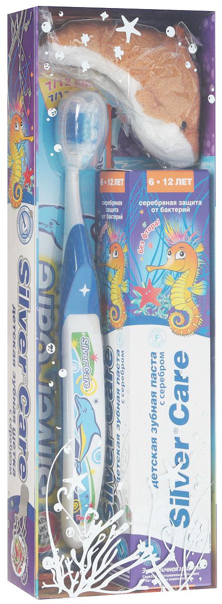 Silver Care Стоматологический набор для детей от 6 до 12 лет без фтора Лесные ягоды цвет щетки синий26145_синийЕсть такое хорошее английское выражение: родился с серебряной ложечкой во рту. И означает оно, что малыш появился на свет везучим и все у него сложится. Так пусть же ваши дети начинают и заканчивают день, заряжаясь положительной энергией и при этом избавляясь от всех бактерий в полости рта. Такую возможность дарит производитель детских зубных паст и щеток Silver Care. Компания одна из первых запатентовала такую новинку, как щетка с серебряным покрытием. Эффективность напыления была подтверждена исследованиями, проведенными в Миланском университете. Специалисты доказали: драгоценный металл на поверхности зубной щетки убивает бактерии, вызывающие кариес, заболевания и воспаления десен. Доказанная антибактериальная активность серебра стала основанием для создания зубных паст на основе серебра. Silver Care стоматологический набор для детей от 6 до 12 лет. В комплект входит: -антибактериальная зубная щетка Silver Care с 7 до 12 лет - зубная паста Silver Care с серебром от 6 до 12 лет с приятным вкусом лесных ягод БЕЗ фтора - мягкая игрушка. Теперь повседневная чистка зубов превратится в увлекательный и познавательный процесс!УВАЖАЕМЫЕ КЛИЕНТЫ!Обращаем ваше внимание на возможные изменения в цветовом дизайне,связанные с ассортиментом продукции. Поставка осуществляется взависимостиот наличия на складе.