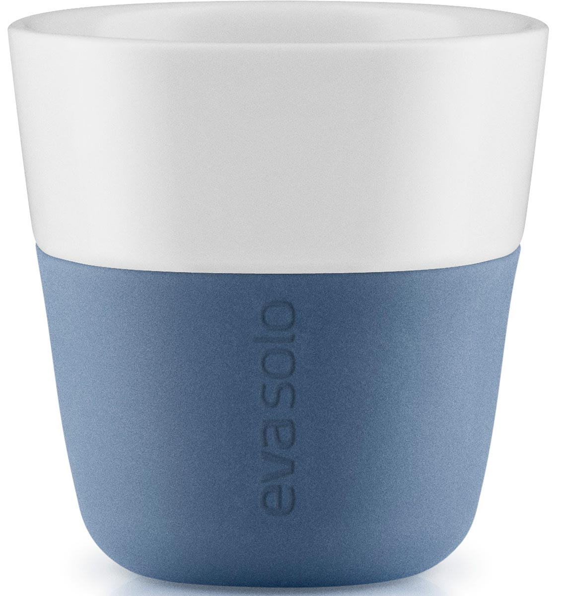 Чашка кофейная Eva Solo, цвет: голубой, 80 мл, 2 шт501038Eva Solo разработала новые стаканы различной емкости, для трех самых популярных видов кофе - эспрессо (80мл), лунго (230мл) и латте (360мл). В них помещается именно то количество молока и пены, которая соответствует стандартным параметрам на популярные капусльные кофе-машины. Другими словами, вы можете сварить ваш любимый кофе, используя такие кофе-машины как Nespresso, Dolce Gusto или Philips Senseo прямо в стакан. Чаши сделаны из фарфора с силиконовой оболочкой, которая обеспечивает хорошее сцепление с поверхностью, а так же предотвращая ожог пальцев. Стаканы можно мыть в посудомоечной машине предварительно сняв силиконовую часть.