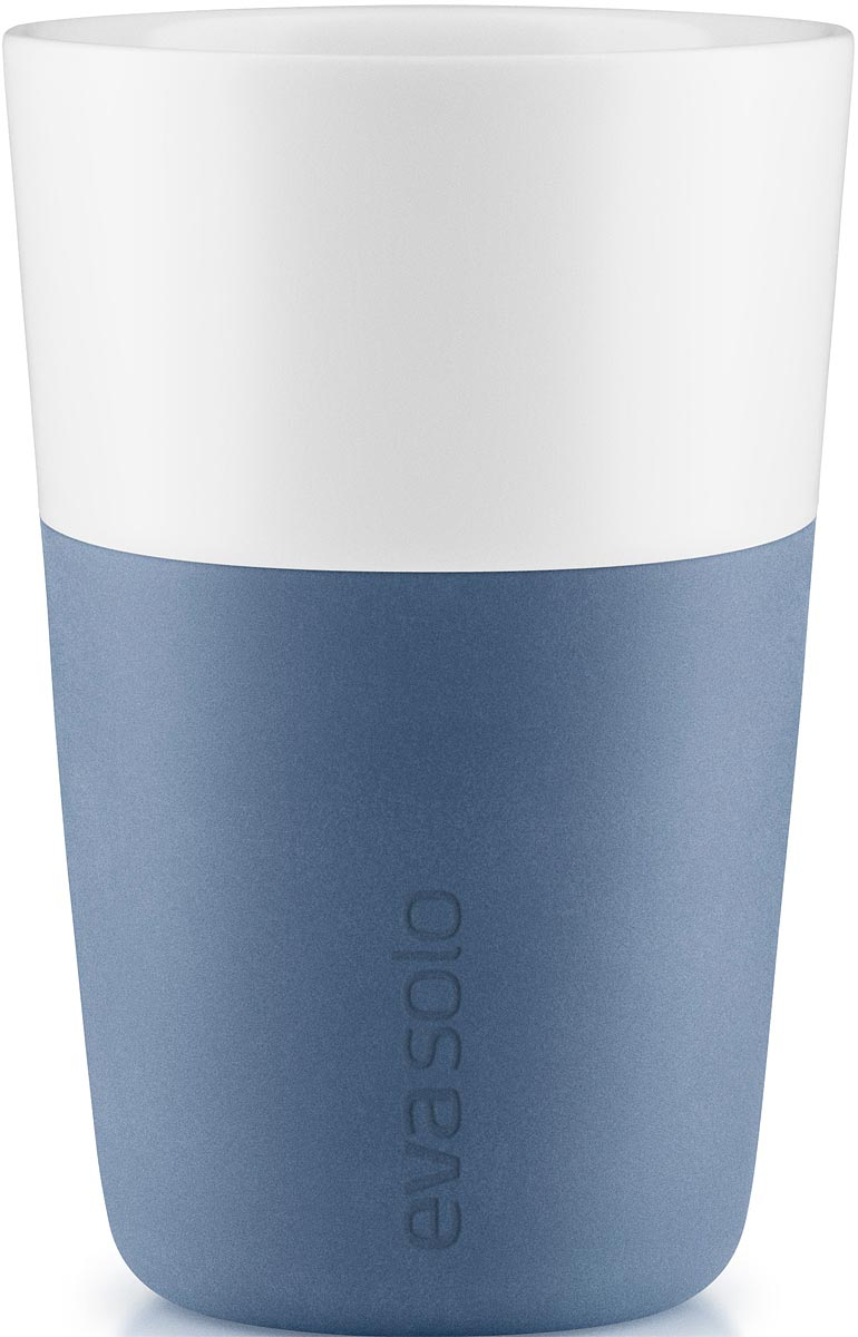 Чашка кофейная Eva Solo, цвет: синий, 360 мл, 2 шт501040Набор из двух чашек для латте Eva Solo рассчитан на 360 мл - оптимальный объем для латте, (учитывая шапку молочной пены), а также стандартный объем для этого типа напитка у большинства кофе-машин.Чашки из белоснежного фарфора и с цветным силиконовым чехлом, который оберегает руки от соприкосновения с горячей поверхностью. Чехол легко снимается, после чего чашку можно мыть в посудомоечной машине.В комплекте 2 чашки.
