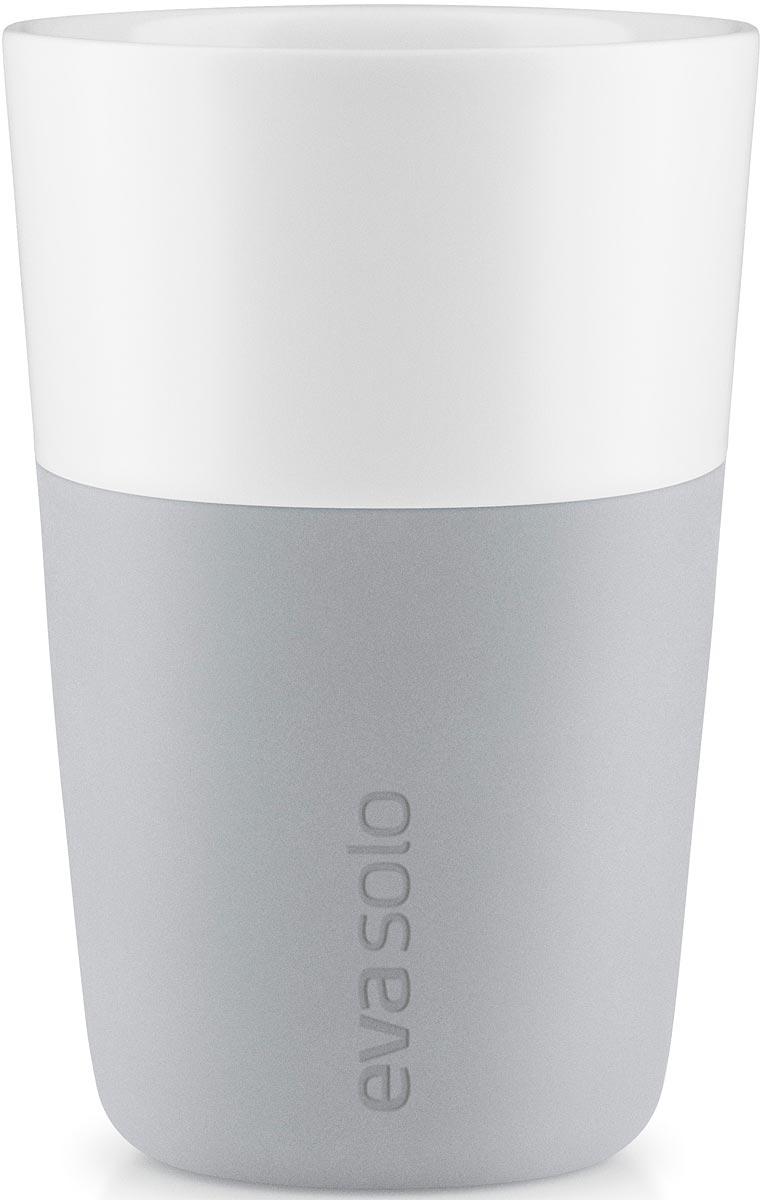 """Набор из двух чашек для латте """"Eva Solo"""" рассчитан на 360 мл - оптимальный объем для латте, (учитывая шапку молочной пены), а также стандартный объем для этого типа напитка у большинства кофе-машин.  Чашки из белоснежного фарфора и с цветным силиконовым чехлом, который оберегает руки от соприкосновения с горячей поверхностью. Чехол легко снимается, после чего чашку можно мыть в посудомоечной машине.  В комплекте 2 чашки."""