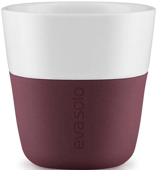 """Набор чашек для эспрессо """"Eva Solo"""" рассчитан на 80 мл — классическое количество эспрессо, а также стандарт для большинства кофе-машин.   Чашки из белоснежного фарфора и с цветным силиконовым чехлом, который оберегает руки от соприкосновения с горячей поверхностью. Чехол легко снимается, после чего чашку можно мыть в посудомоечной машине.  В комплекте 2 чашки."""