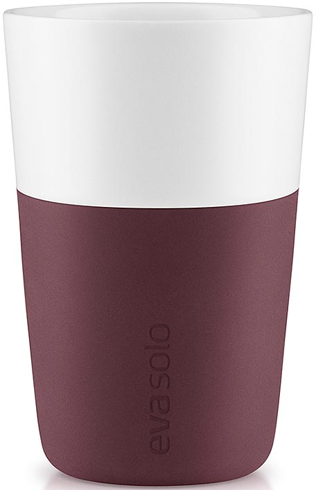 Чашка кофейная Eva Solo, цвет: бордовый, 360 мл, 2 шт501060Набор из двух чашек для латте Eva Solo рассчитан на 360 мл — оптимальный объем для латте, (учитывая шапку молочной пены), а также стандартный объем для этого типа напитка у большинства кофе-машин.Чашки из белоснежного фарфора и с цветным силиконовым чехлом, который оберегает руки от соприкосновения с горячей поверхностью. Чехол легко снимается, после чего чашку можно мыть в посудомоечной машине.В комплекте 2 чашки.