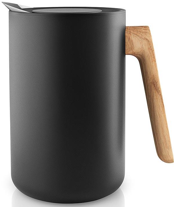 Термокувшин с корпусом из черного матового пластика и ручкой из натурального дуба. Носик из  нержавеющей стали специально разработан, чтобы жидкость не расплескивалась при наливании.  Внутри термокувшина - стальная колба. Крышка плотно закрывается, чтобы чай или кофе  максимально долго сохраняли свою температуру.  Минималистичный дизайн и высокая функциональность составляют суть скандинавского  дизайна. Коллекция предметов сервировки Nordic kitchen воплотила все черты северной  эстетики. Простой выверенный дизайн, черный цвет и натуральное дерево в рустикальном  скандинавском стиле. Объем 1 литр.