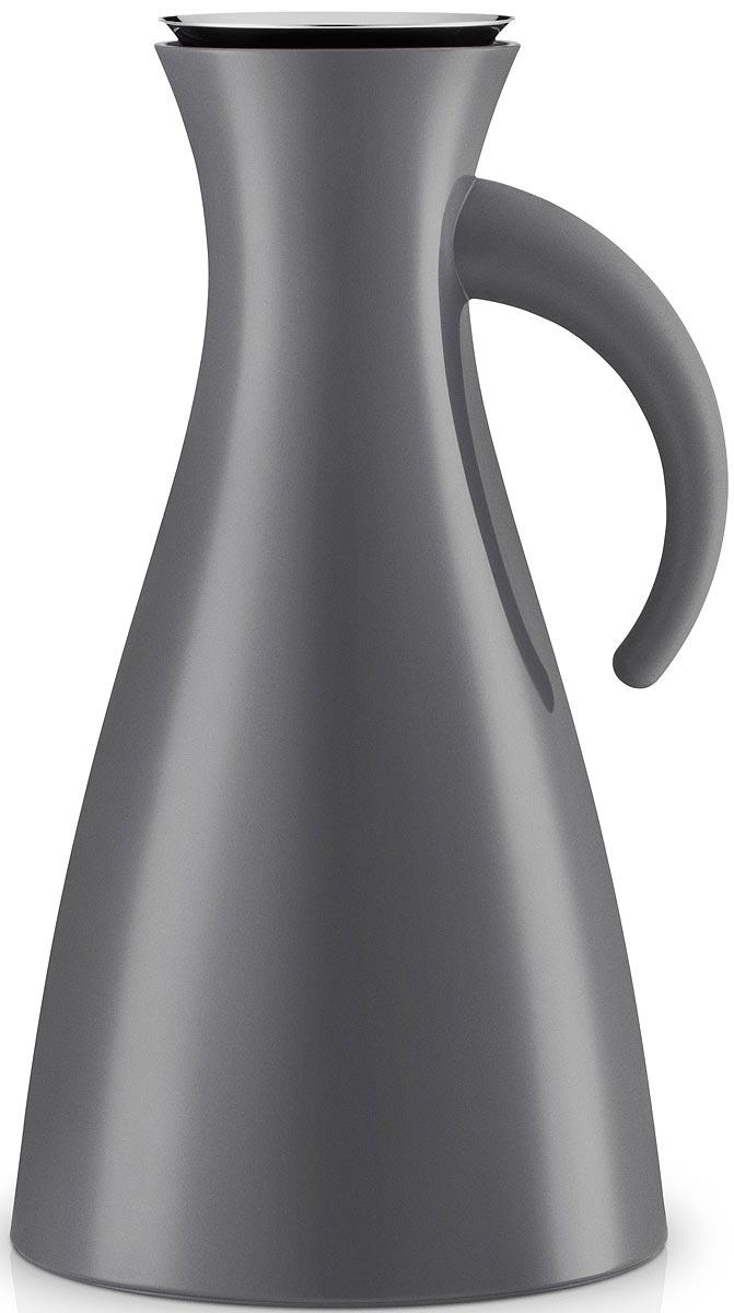 Термокувшин Eva Solo Vacuum, цвет: серый, 1 л502915Термокувшин Eva Solo Vacuum - прекрасное решение для сервировки горячих и холодных напитков. Стильный матовый термокувшин оснащен специальным горлышком с системой dip-free, предотвращающей расплескивание при наливании. Внутренняя стеклянная колба и двойные стенки кувшина сохраняют постоянную температуру внутри очень долгое время. Центр тяжести смещен вниз, что делает кувшин устойчивым несмотря на его высоту. При необходимости, колбу можно заменить. Благодаря широкому горлышку внутрь удобно заливать жидкость и мыть колбу. Элегантный дизайн этого кувшина собрал множество наград, что подтверждает его исключительность. Термокувшин Eva Solo Vacuum - отличный вариант подарка.