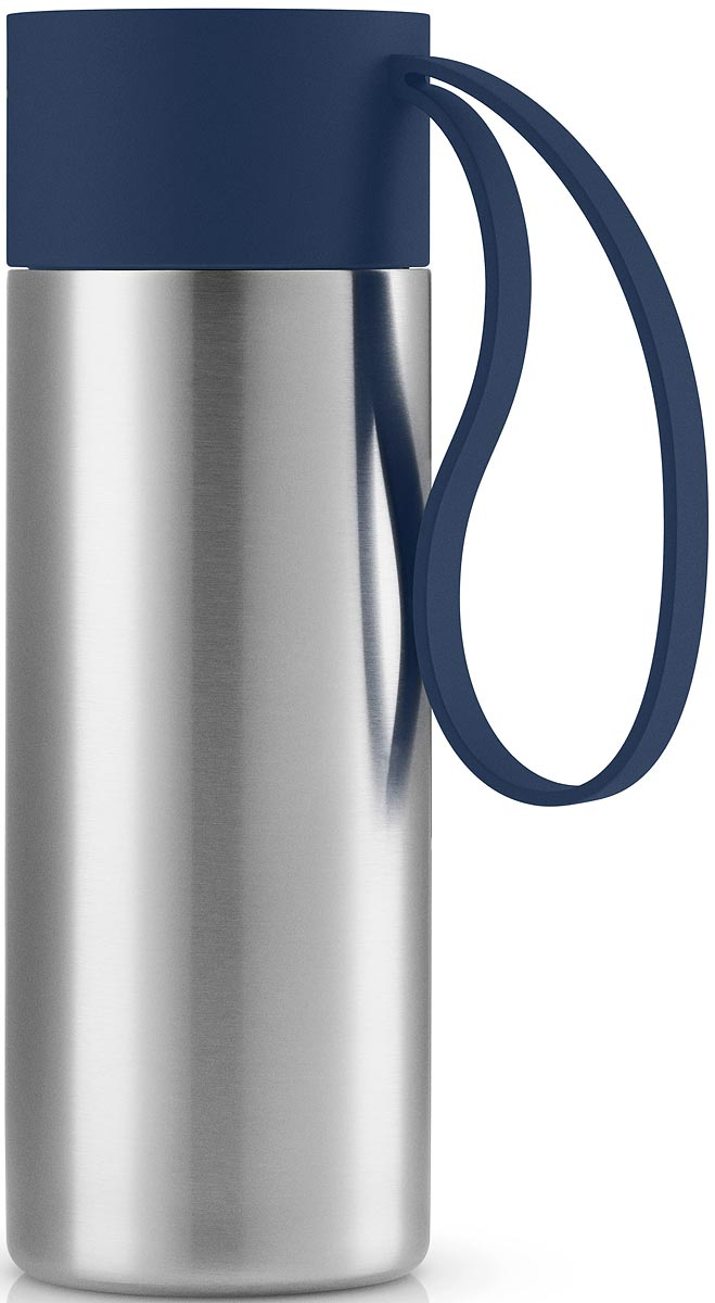 """Термос Eva Solo """"To Go"""" можно брать с собой куда угодно. Крышка легко открывается и  закрывается даже на ходу благодаря функциональному клапану, с которым легко справиться  одной рукой. Наполните термос """"To Go"""" кофе или другим напитком - и двойные герметичные  стенки надежно сохранят напиток горячим или холодным. Практичный силиконовый ремешко  поможет взять термос с собой и всегда иметь возможность выпить горячего или холодного  напитка. Сделан из стали, пластика и силикона. Можно мыть в посудомоечной машине. Объем 350  мл. Высота 20 см."""