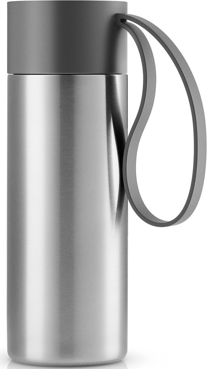 Термос Eva Solo To Go, цвет: серый, 350 мл567461Термос Eva Solo To Go можно брать с собой куда угодно. Крышка легко открывается и закрывается даже на ходу благодаря функциональному клапану, с которым легко справиться одной рукой. Наполните термос To Go кофе или другим напитком - и двойные герметичные стенки надежно сохранят напиток горячим или холодным. Практичный силиконовый ремешко поможет взять термос с собой и всегда иметь возможность выпить горячего или холодного напитка.Сделан из стали, пластика и силикона. Можно мыть в посудомоечной машине. Объем 350 мл. Высота 20 см.
