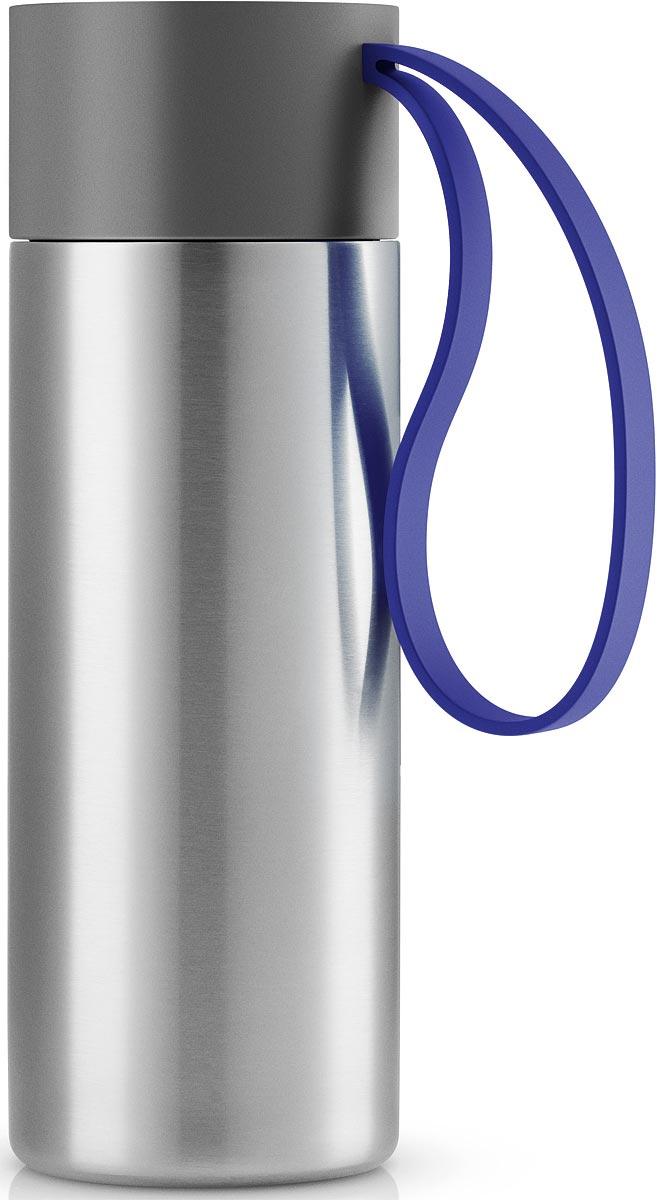 Термос Eva Solo To Go, цвет: голубой, 350 мл567462Термос Eva Solo To Go можно брать с собой куда угодно. Крышка легко открывается и закрывается даже на ходу благодаря функциональному клапану, с которым легко справиться одной рукой. Наполните термос To Go кофе или другим напитком - и двойные герметичные стенки надежно сохранят напиток горячим или холодным. Практичный силиконовый ремешко поможет взять термос с собой и всегда иметь возможность выпить горячего или холодного напитка.Сделан из стали, пластика и силикона. Можно мыть в посудомоечной машине. Объем 350 мл. Высота 20 см.