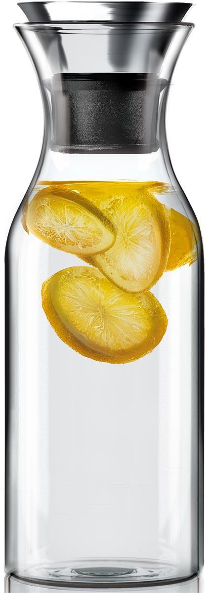 """Графин Eva Solo Fridge, цвет: прозрачный, 1 л567510Графин Eva Solo Fridge для воды, сока или чая, который можно заваривать прямо в графине. Идеален для лимонадов или травяных чаев. Удобно хранить на полочке в дверце холодильника, размер подходит для большинства моделей. Материалы: закаленное стекло, нержавеющая сталь. Главная особенность графина — инновационная технология Drip-free (""""ни капли мимо""""). Двойное горлышко позволяет гарантировать, что ни одна капля напитка не прольётся мимо. Металлическая крышка графина имеет силиконовый фильтр, который не даст кусочкам лимона или мяты попасть в стакан, а также она сама отодвигается, когда вы наклоняете бутылку.Стеклянные и металлические части можно мыть в посудомоечной машине."""