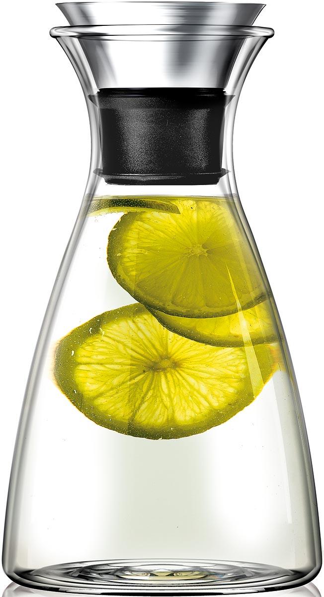 """Графин Eva Solo Drip-free, цвет: прозрачный, 1 л567560Графин Eva Solo Drip-free подходит для подачи различных напитков. Главная особенность графина — инновационная технология Drip-free (""""ни капли мимо""""). Двойное горлышко позволяет гарантировать, что ни одна капля напитка не прольётся мимо. Материалы: боросиликатное стекло, нержавеющая сталь, каучук. Стеклянные и металлические части можно мыть в посудомоечной машине.Дополнительно к графину вы можете заказать крышку Flip. Она имеет силиконоваую вставку, которая не даст кусочкам лимона или мяты попасть в стакан, а также она сама отодвигается, когда вы наклоняете бутылку."""