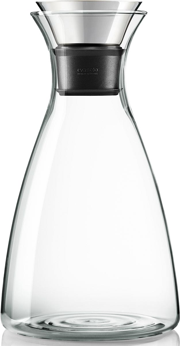 """Графин Eva Solo """"Drip-free"""" подходит для различных напитков, в том числе для подачи вина.  Главная особенность графина — инновационная технология Drip-free (""""ни капли мимо"""").  Двойное горлышко позволяет гарантировать, что ни одна капля напитка не прольется мимо. Материалы: боросиликатное стекло, нержавеющая сталь, каучук. Стеклянные и  металлические части можно мыть в посудомоечной машине. Дополнительно к графину вы можете заказать крышку Flip. Она имеет силиконовую  вставку, которая не даст кусочкам лимона или мяты попасть в стакан, а также она сама  отодвигается, когда вы наклоняете бутылку."""