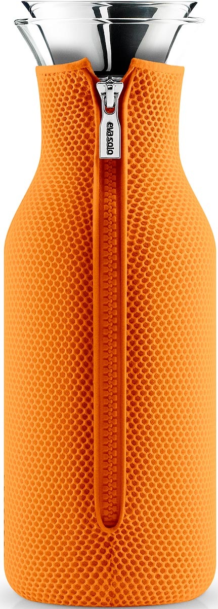 Графин Eva Solo Fridge, цвет: оранжевый, 1 л567962Стильный лаконичный графин Eva Solo Fridge в текстильном чехле будет интересным дополнением любого кухонного интерьера. Модель имеет простую классическую форму колбы, большой объем (1 л), а так же устойчивое дно и широкое горлышко drip-free, которое не позволяет напитку разбрызгиваться при наливании.Колба выполнена из боросиликатного стекла, устойчива к механическим повреждениям, высоким и низким температурам. Защитная герметичная крышка выполнена из нержавеющей стали и каучука. Темно-серый неопреновый чехол на молнии выполняет не только декоративную функцию, но также сохраняет напитки теплыми. Колба подходит для мытья в посудомоечной машине, чехол стирается отдельно вручную.
