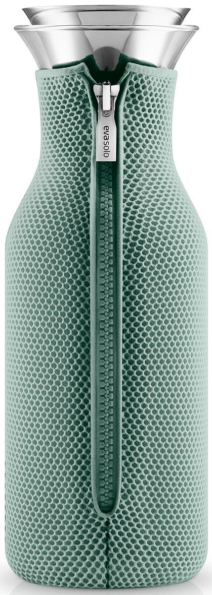 Графин Eva Solo Fridge, цвет: зеленый, 1 л567968Стильный лаконичный графин Eva Solo Fridge в текстильном чехле будет интересным дополнением любого кухонного интерьера. Модель имеет простую классическую форму колбы, большой объем (1 л), а так же устойчивое дно и широкое горлышко drip-free, которое не позволяет напитку разбрызгиваться при наливании.Колба выполнена из боросиликатного стекла, устойчива к механическим повреждениям, высоким и низким температурам. Защитная герметичная крышка выполнена из нержавеющей стали и каучука. Темно-серый неопреновый чехол на молнии выполняет не только декоративную функцию, но также сохраняет напитки теплыми. Колба подходит для мытья в посудомоечной машине, чехол стирается отдельно вручную.