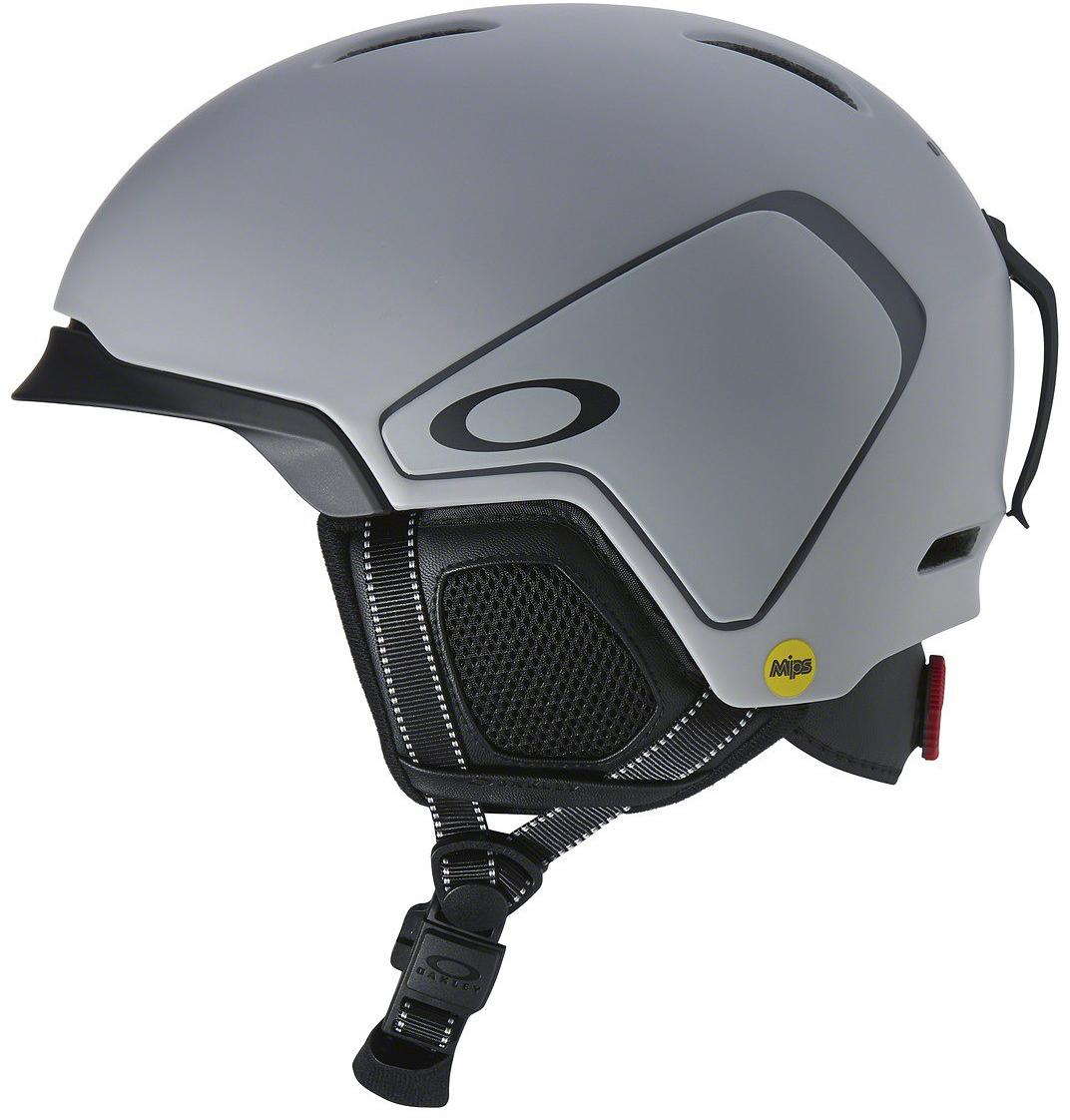 Шлем зимний Oakley MOD3 MIPS Matte Grey, цвет: серый. Размер M99432MP-25D25DЛегкий шлем Oakley Mod3 - это проверенная временем, эффективная конструкция из жесткой внешней оболочки и мягкой внутренней части, которая гасит силу удара и распределяет её по большой площади, постоянная эффективная вентиляция и регулировка размера с помощью BOA. Кстати говоря, застегивается он магнитной застежкой Fidlock. Компания Oakley не так давно выпускает шлемы под собственным брэндом, но они подошли к вопросу со свойственной им основательностью - небольшая коллекция шлемов отличается высочайшим качеством и продуманным дизайном. Учтены все мелочи, начиная от технологии MBS со сменными козырьками, позволяющими обеспечить более плотное прилегание маски без зазоров и заканчивая всеми необходимыми опциями: съемной подкладкой и наушниками, клипсой для крепления ремня маски и чехлом для шлема в комплекте. Ну и конечно же идеальная совместимость со своей оптикой - было бы странно, если бы было не так.Параметры:- Облегченная конструкция In-mold, где к внешней прочной оболочке припаивается вспененный демпфирующий материал EPS- Бакля на магнитной застежке Fidlock®- Технология MBS (Modular Brim System): 2 сменных козырька в комплекте, призванные обеспечить плотное прилегание маски- Фиксированная вентиляционная система- Съемная подкладка Comfort Liner- Съемные амбушюры- Съемное крепление ремешка маски- Чехол для шлема в комплекте- Сертификаты: ASTM F2040, CE EN1077.Модель MIPS MOD3 отличается от базовой наличием многонаправленной системы защиты от ударов - она применяется в самых современных моделях и состоит из трех основных компонентов: внутренняя подкладка из вспененного материала, вкладыш с низким коэффициентом трения и эластомерная система крепления между ними; при угловом ударе эластомерная система растягивается для того, чтобы вкладыши из вспененного материала вращались независимо друг от друга вокруг головы для снижения вращательной силы удара. Максимальная защита.