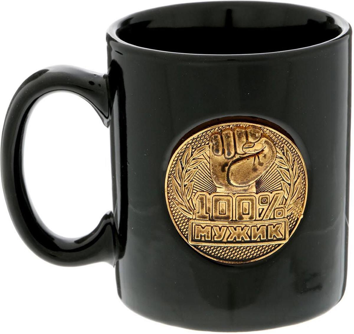 Кружка Sima-Land 100% мужик, цвет: черный, золотой, 300 мл. 15076721507672Разберись с жаждой по-мужски! Авторский дизайн, оригинальный декор, оптимальный объем - отличительные черты этой кружки. Налейте в нее горячий свежезаваренный кофе или крепкий ароматный чай, и каждый глоток будет сокрушительным ударом по врагам: сонливости, вялости и апатии! Изделие упаковано в подарочную картонную коробку.
