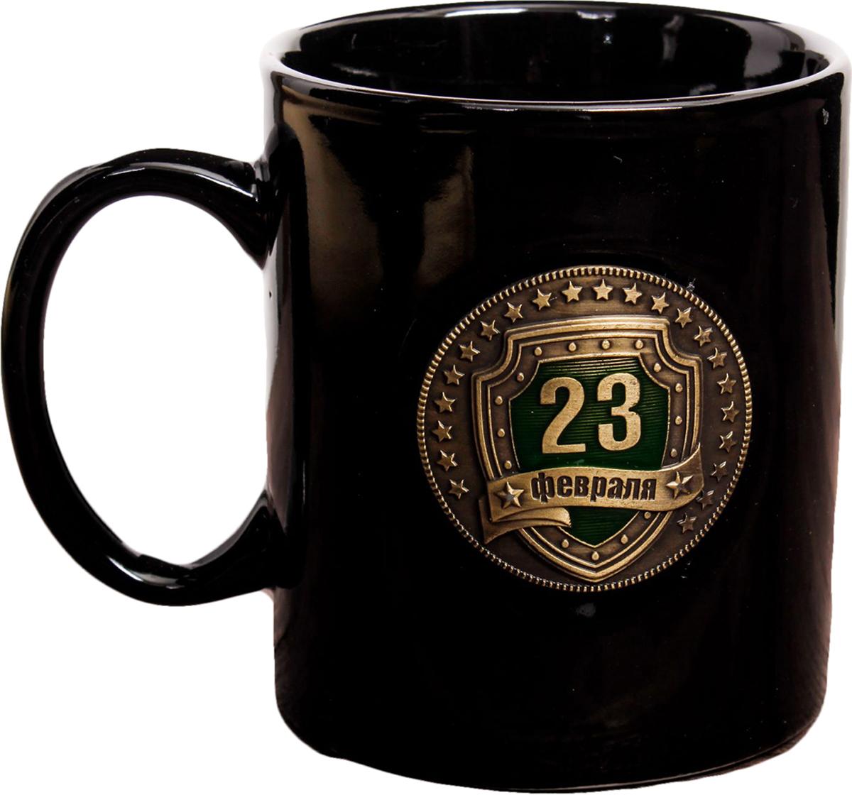 Кружка Sima-Land 23 Февраля, цвет: черный, золотой, 300 мл. 23938022393802Авторский дизайн, оригинальный декор, оптимальный объем - отличительные черты этой кружки. Налейте в нее горячий свежезаваренный кофе или крепкий ароматный чай, и каждый глоток будет сокрушительным ударом по врагам: сонливости, вялости и апатии!Изделие упаковано в подарочную картонную коробку.