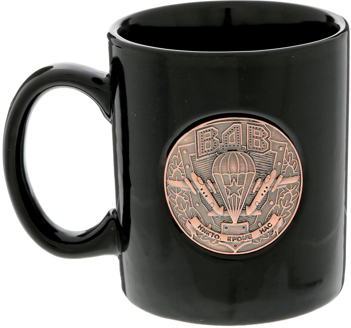 Кружка Sima-Land ВДВ, 300 мл. 15076741507674Разберись с жаждой по-мужски!Авторский дизайн, оригинальный декор, оптимальный объем - отличительные черты этой кружки. Налейте в нее горячий свежезаваренный кофе или крепкий ароматный чай, и каждый глоток будет сокрушительным ударом по врагам: сонливости, вялости и апатии!Изделие упаковано в подарочную картонную коробку.