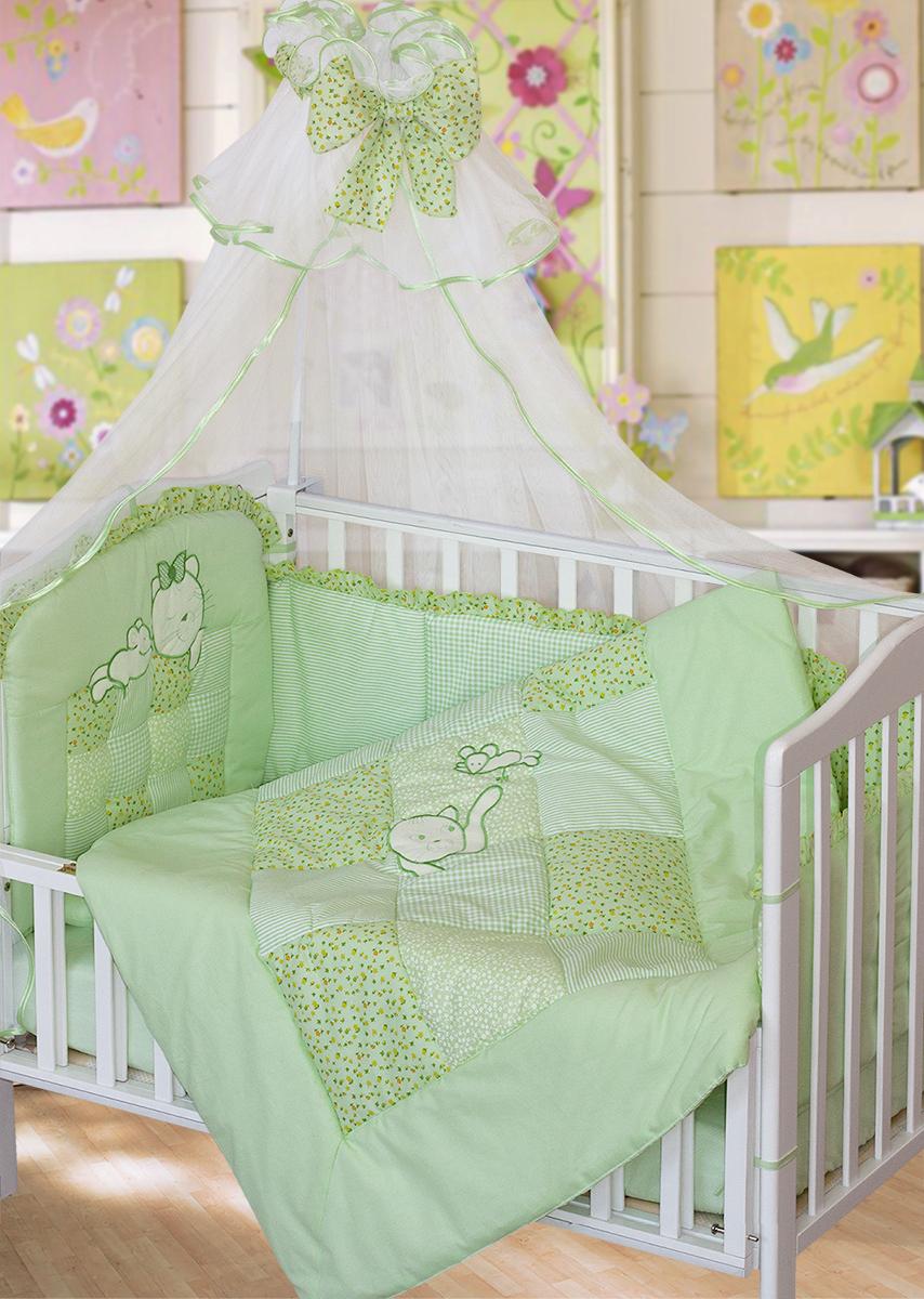 Золотой Гусь Комплект в кроватку Кошки-мышки 7 предметов цвет зеленый 60 x 120 см1704Комплект в кроватку с стиле кантри с вышивкой. В комплект входит: Балдахин -сетка, одеяло стеганное (пэчворк) с вышивкой , подушка, простыня на резинке, пододеяльник стеганый (пэчворк) , наволочка, бампер