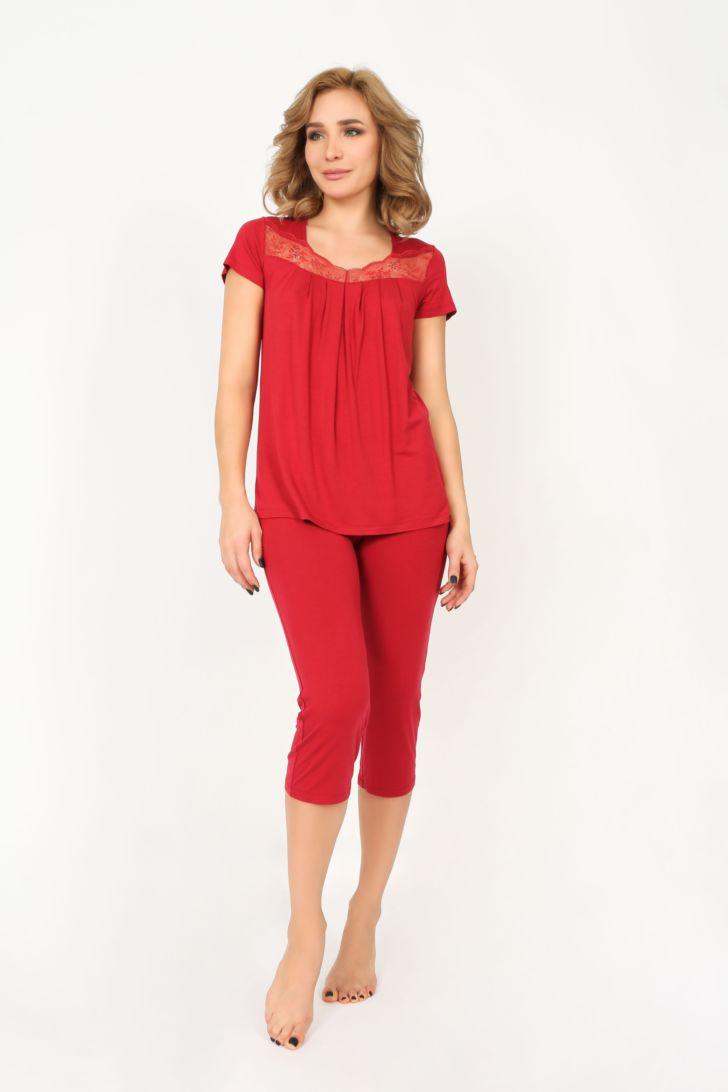 Пижама женская Melado Реверанс, цвет: красный. MO2777/01. Размер 46MO2777/01Женская пижама Melado, состоящая из футболки и бридж, идеально подойдет для отдыха и сна. Модель выполнена из высококачественного хлопка с добавлением полиэстера и эластана, очень мягкая на ощупь, не сковывает движения, хорошо пропускает воздух. Футболка с круглым вырезом горловины и короткими рукавами оформлена кружевной вставкой. Бриджи с широкой эластичной резинкой в поясе.