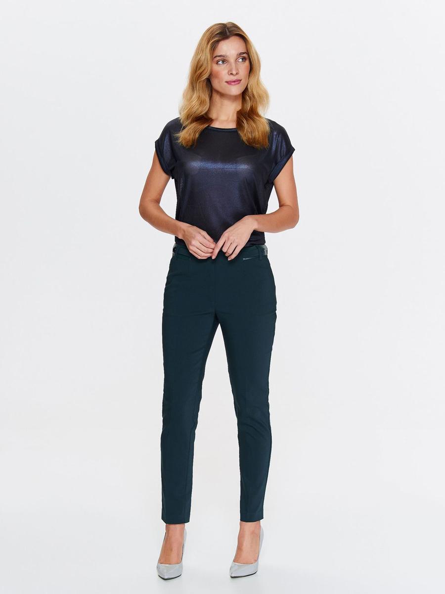 Брюки женские Top Secret, цвет: темно-синий. SSP2737ZI. Размер 42 (50)SSP2737ZIСтильные женские брюки от Top Secret выполнены из хлопка и полиэстера с добавлением эластана. Модель-слим стандартной посадки застегивается на молнию и крючок. По бокам расположены втачные карманы.