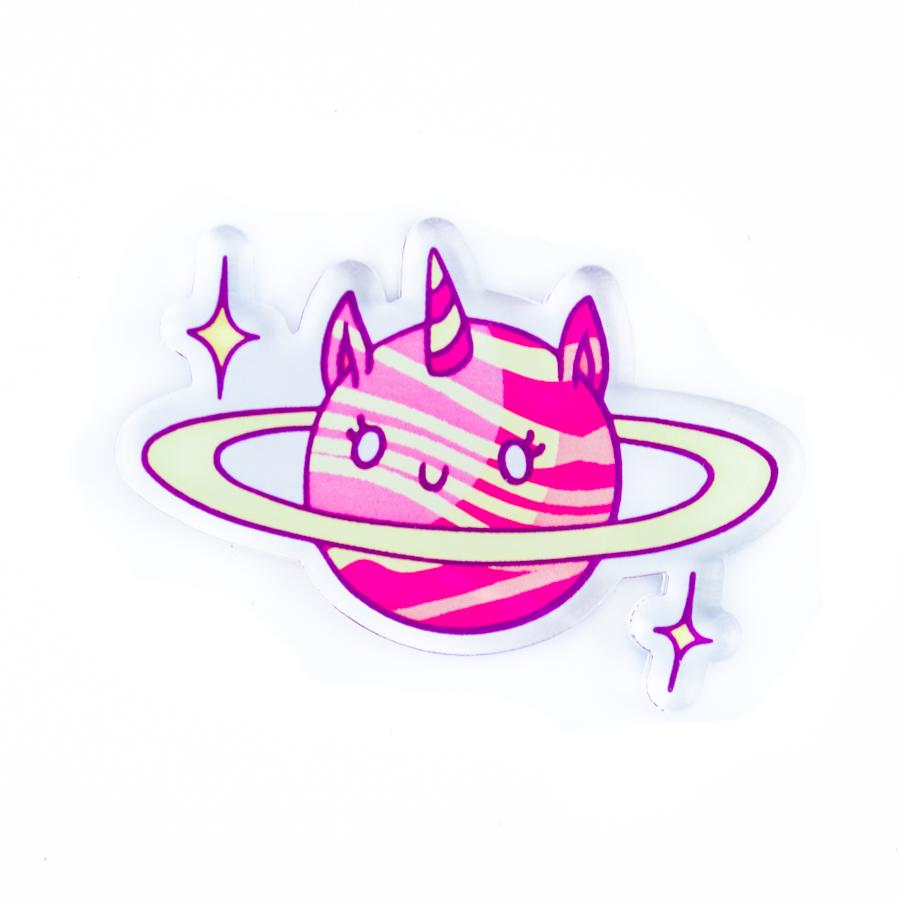 Несуществующий зверь и объект вселенной в одном лице – значок Кот-планета для всех, кто знает, как привлечь к себе внимание и оживить обыденный стиль.Креативная брошь Кот, изображенный в виде новой, никому не ведомой планеты – это необычный аксессуар, значок, который легко крепится на кепку, рюкзак, футболку, джинсы или даже кеды. Этот прикольный значок с космической скоростью превращает замыленный гардероб в свежие, креативные вещи!